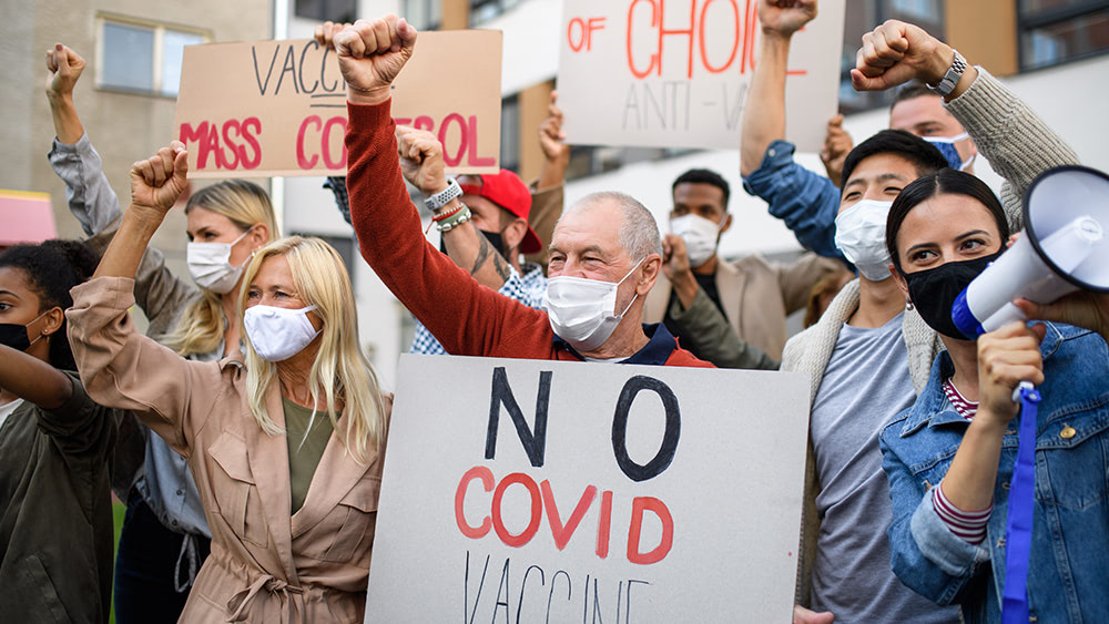 """Anti-vaccine mandate """"Freedom Rally"""" in NYC draws in thousands of supporters"""